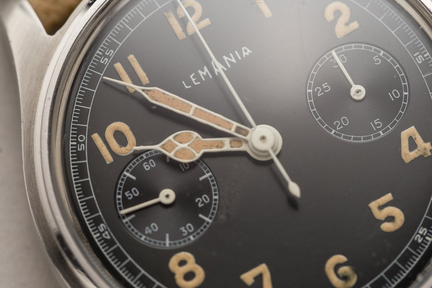 Beautifully aged radium – similar color on the dial and hands