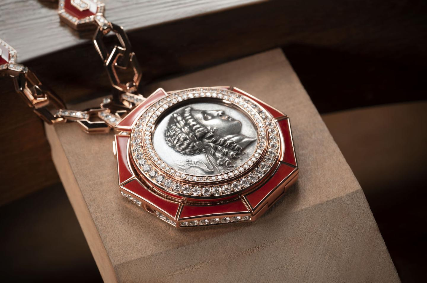 The chain, the watch bezel and dial of this new Monete pendant watch are set with elements made from hand-cut rubrum coral from Sardinia, and brilliant-cut diamonds.