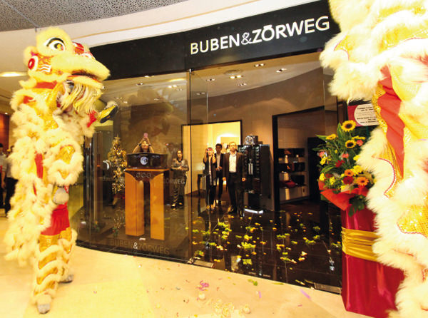The two dancing lions, accompanied by loud drums and cymbals, encounter the owners of the noble Buben&Zorweg boutique with all due respect to banish evil spirits in keeping with Chinese tradition