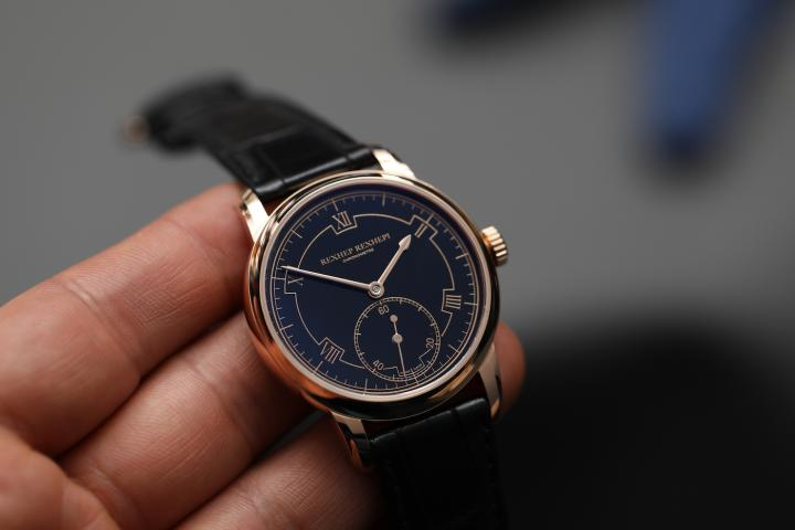 The Chronomètre Contemporain. Traditional Black Enamel Grand Feu on 18K gold plate and 5N index printing on the Red Gold 5N version; White Enamel Grand Feu with blue printing for the Platinum version.