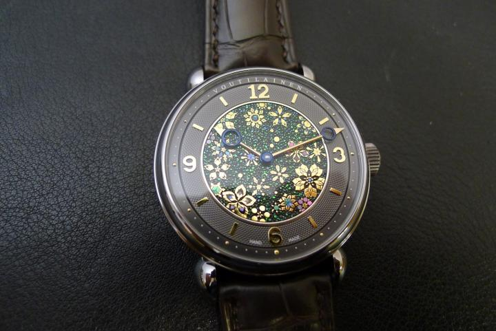 The raw materials used for the dial of the Green Garden watch are: kinpun (gold powder), jyunkin-itakane (gold leaf), yakou-gai (green sea snail shell) and awabi-gai (abalone shell from New Zealand).