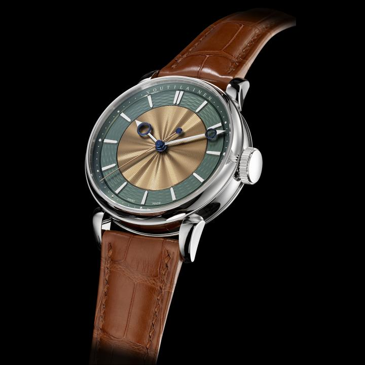 The new 28SC wristwatch perfectly encapsulates the philosophy of Kari Voutilainen. The two-tone dial is made from silver and engine-turned by hand. Hour numerals are made from gold and their finish can be personalised. Limited edition of 12 watches.