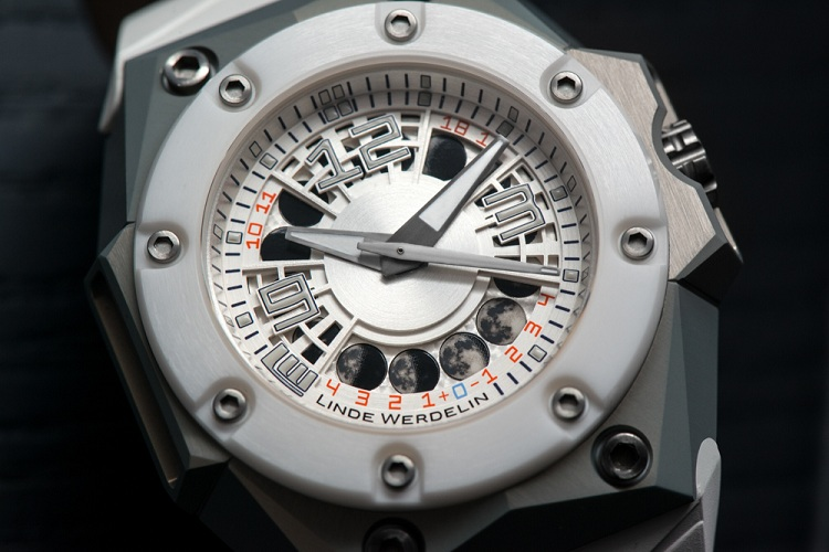 Linde Werdelin resurfaces with the new Oktopus MoonLite – White